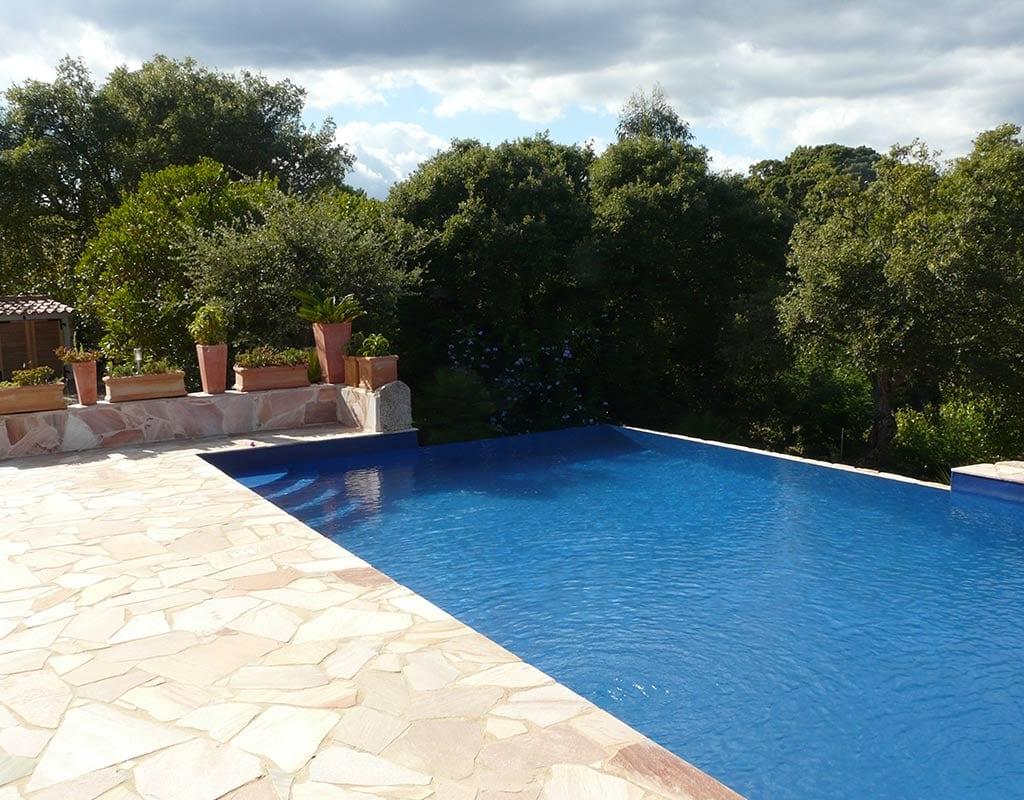 La piscine location villa corse for Villa piscine debordement